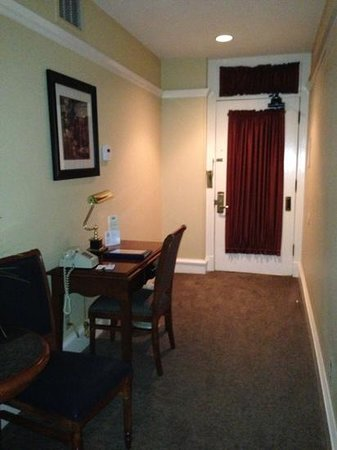 Gaslamp Plaza Suites: nice lil desk in room