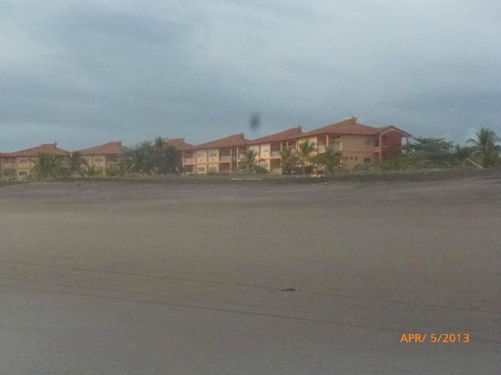 Hotel Las Olas Beach Resort: View from beach
