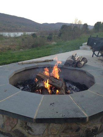 Nature Inn at Bald Eagle: campfire