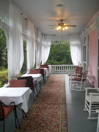 Cedar Crest Inn: Part of the wrap around porch. Guests can sit out her while eating, snacking, or just relaxing.