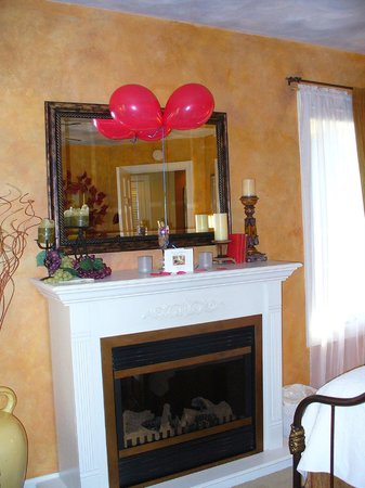 Country Villa B&B Inn & Day Spa: Wedding Anniversary Balloons & Card in Emily Room