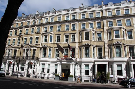 Crowne Plaza London Kensington: View from the Street.