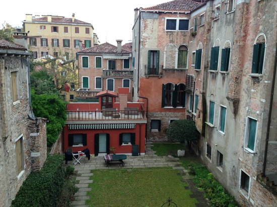 Ca dei Polo : Courtyard view from our room.  The real residential Venice.