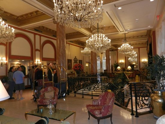 Le Pavillon Hotel: Lobby was elegant and spacious for visiting with friends