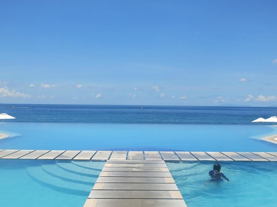 Acuatico Beach Resort &amp; Hotel: Infinity Pool with the Beach