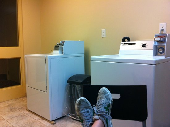 DoubleTree Fallsview Resort & Spa by Hilton - Niagara Falls: Doing the laundry...