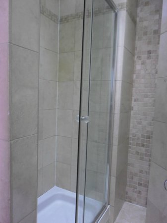 Grantly Hotel: Shower