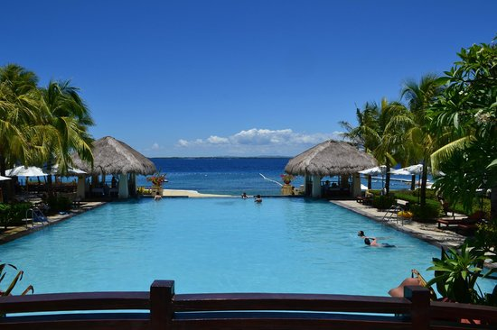 Crimson Resort and Spa, Mactan: Looking straight out the back of the resort