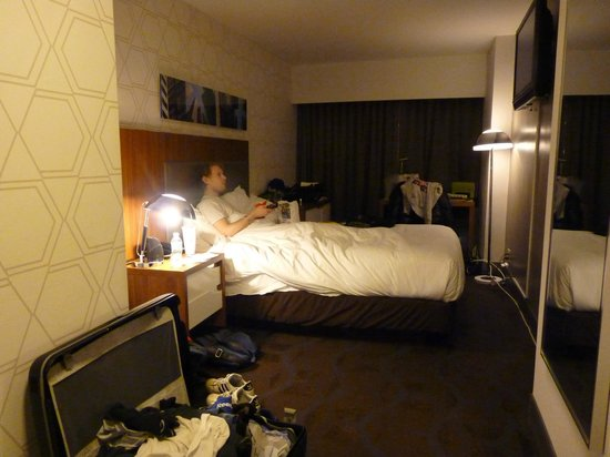 Doubletree Hotel Metropolitan - New York City: Chambre de nuit (McDo devant un match de Hockey...)