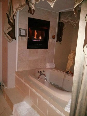 Bayberry Inn of Newport: Jacuzzi with fireplace