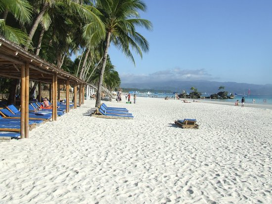 Sea Wind Boracay Island: Strand uitzicht bij het hotel (y)