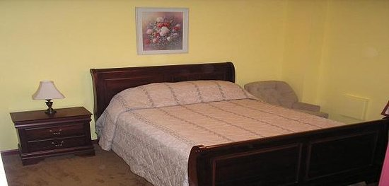 Lovingston, VA: guest bedroom