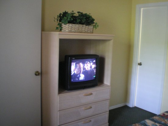 Oak Plantation Resort: The telly in the bedroom