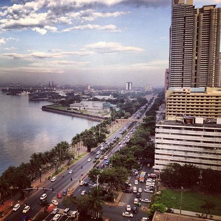 Diamond Hotel Philippines : View of Manila bay before sunset