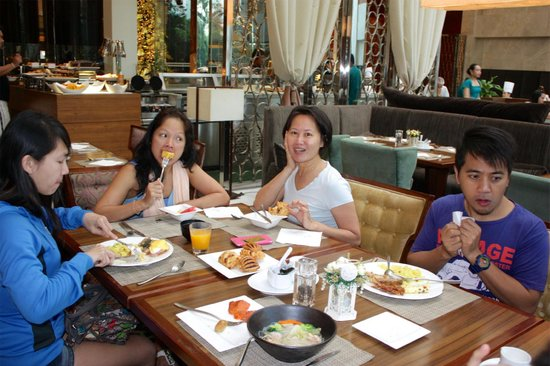 Diamond Hotel Philippines: breakfast buffet