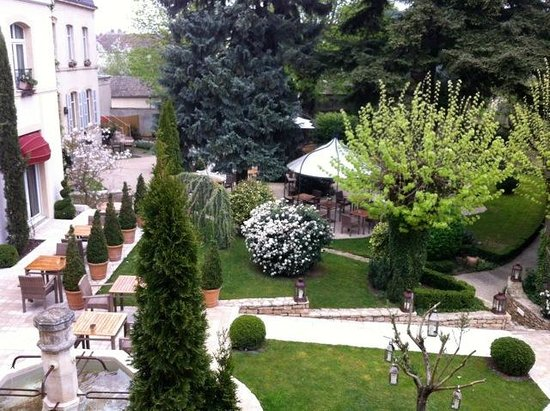 Hostellerie Le Cedre: small garden with Restaurant on left side