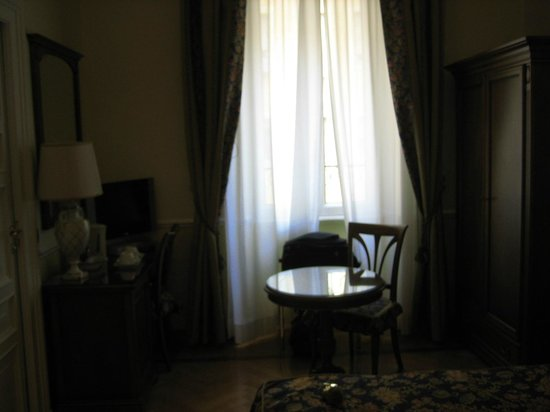 Residenza Cellini : table and desk with 2 chairs