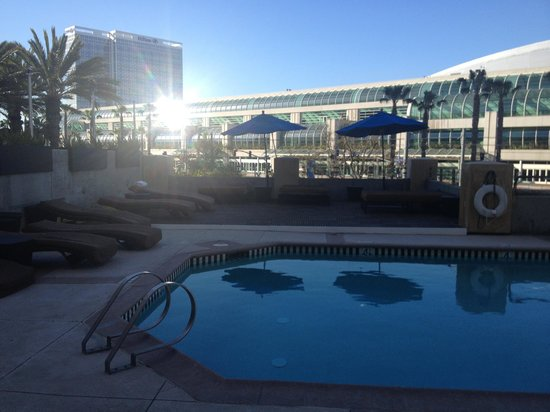 Hilton San Diego Gaslamp Quarter: Pool area in the a.m