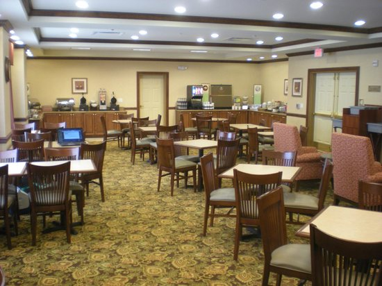 Country Inn & Suites: The breakfast area is actually BIG enough for a change!  ;0)