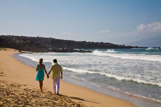 Kona Seaside Hotel: Couple Walking Along Beach