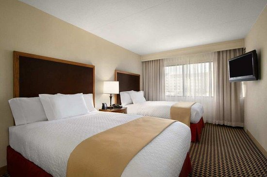 Embassy Suites Detroit Metro Airport: Double Queen Room