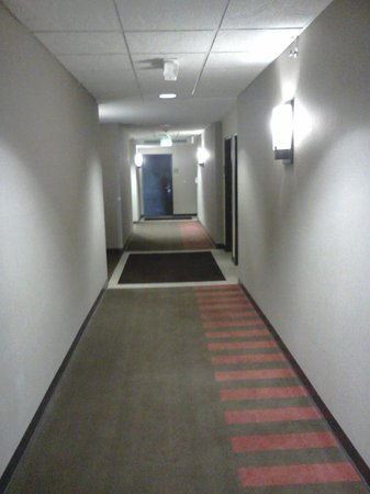 Baymont Inn & Suites: Clean Hall