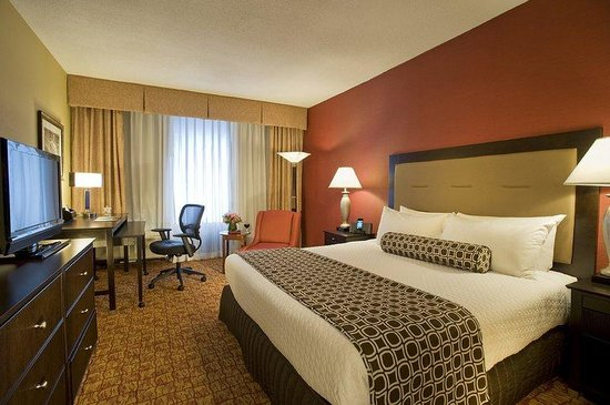 Crowne Plaza Tysons Corner: Spacious and Versatile Premium King Guestroom