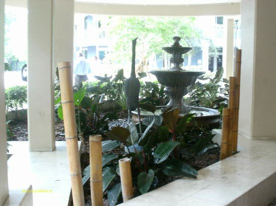 Mayfair Hotel & Spa : The fountain in front of the hotel