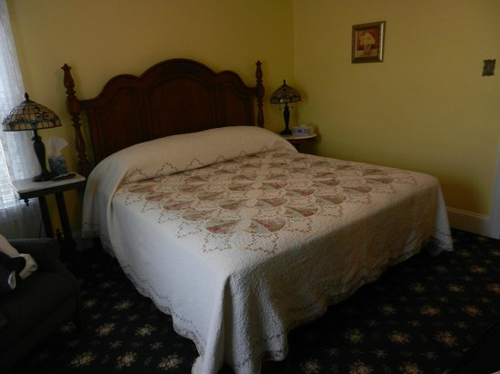 Albert Stevens Inn: Golden Bud bedroom