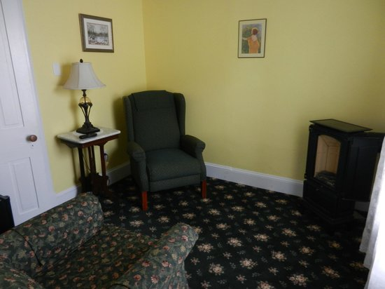 Albert Stevens Inn: Golden Bud Sitting Room