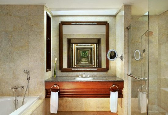 Plaza Athenee Bangkok, A Royal Meridien Hotel: Guestroom - Royal Bathroom