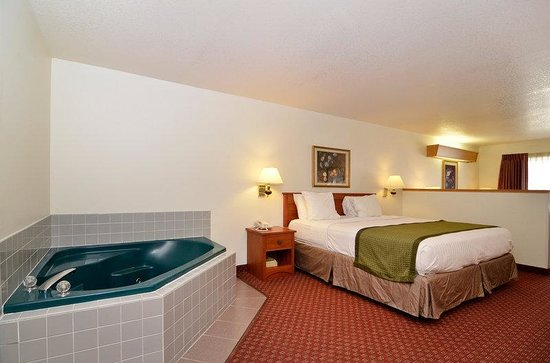 BEST WESTERN Newberg Inn: Junior suite with jetted hot tub