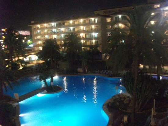 Fresh Aparthotel Sahara: Pool view by night.