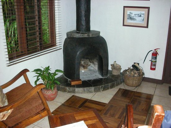 Villa Blanca Cloud Forest Hotel and Nature Reserve: Casita fireplace