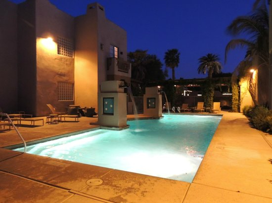 Lodge on the Desert: Pool and fountains