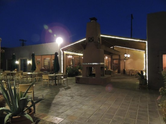 Lodge on the Desert: Outdoor dining area