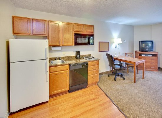 Candlewood Suites Rockford: Fully furnished kitchenettes