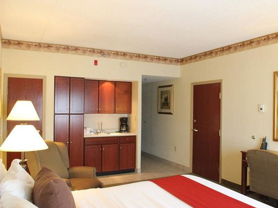 La Quinta Inn &amp; Suites Louisville Airport &amp; Expo: Guest Room