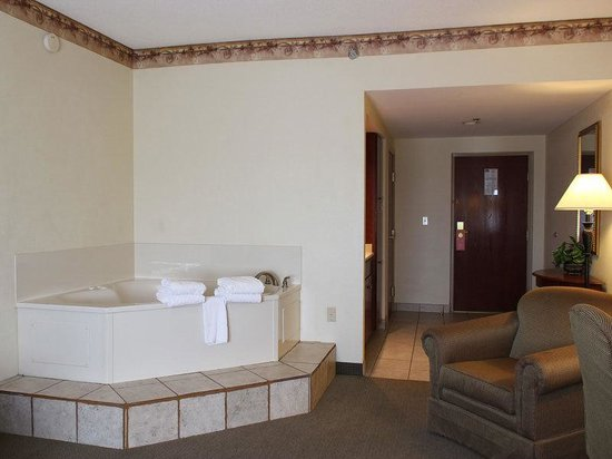La Quinta Inn &amp; Suites Louisville Airport &amp; Expo: Suite