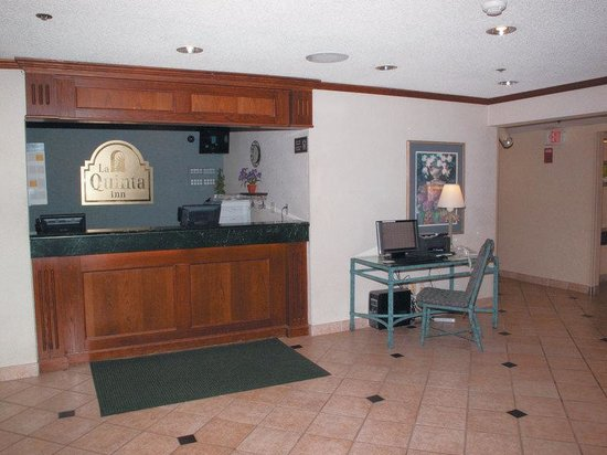 La Quinta Inn Milwaukee Airport / Oak Creek: Front Desk