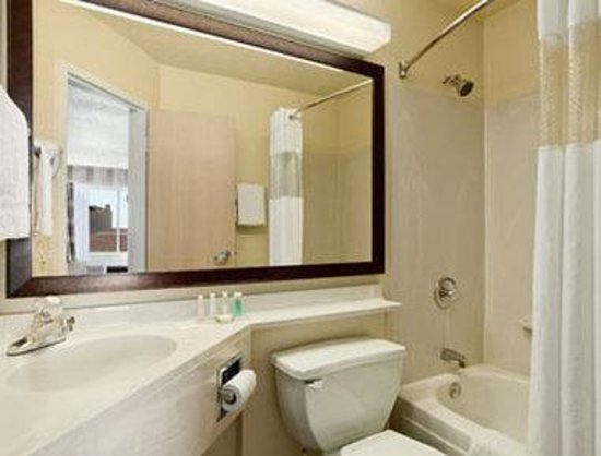 Baymont Inn and Suites- Louisville East: Bathroom