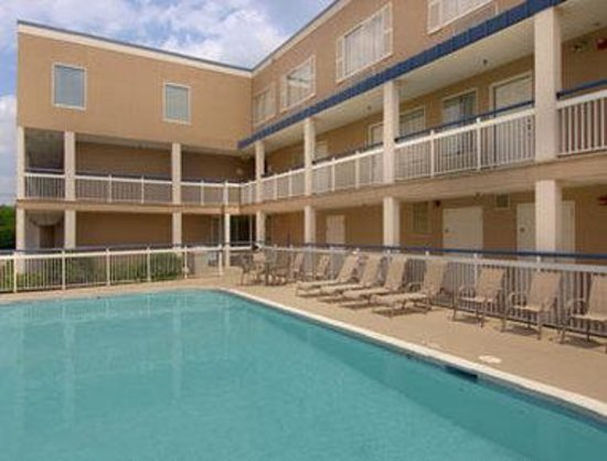 Baymont Inn and Suites- Louisville East: Pool