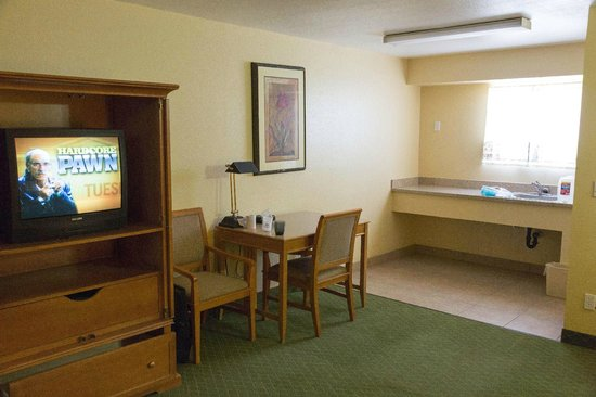 Americas Best Value Inn &amp; Suites Mesa / Phoenix / Chandler: Rug was a bit funky looking, but a lot of space