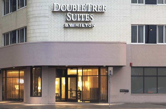 DoubleTree Suites by Hilton Minneapolis: Front Entrance