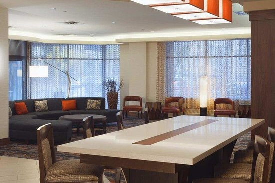 DoubleTree Suites by Hilton Minneapolis: Lobby Communal Table