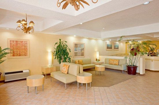 La Quinta Inn & Suites Orange County - Santa Ana: Lobby