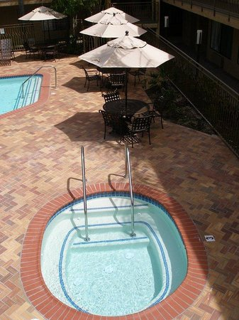 Holiday Inn Express Simi Valley: Pool view guest rm of resort style pool areaa