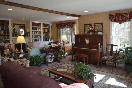 A Butler's Manor: Nice living roon