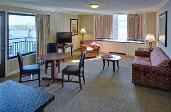 Galt House Hotel &amp; Suites: Waterfront Balcony One Bedroom Living Room