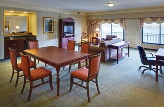 Galt House Hotel &amp; Suites: Waterfront Balcony Two Bedroom Living Room